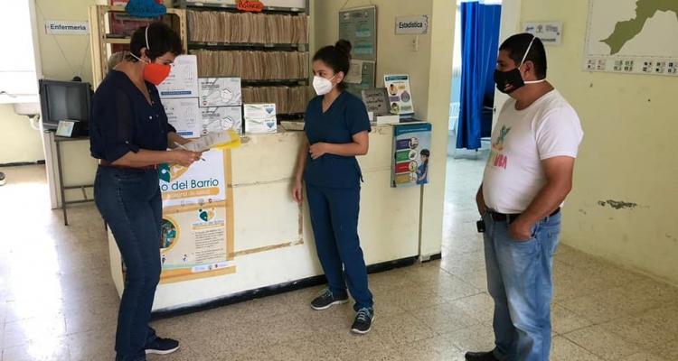 COORDINADORA DEL COMITÉ ESPECIAL DE EMERGENCIA HACE LA ENTREGA DE KITS DE IMPLEMENTOS PARA EL USO DEL CENTRO DE SALUD.